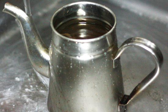 ヤカンでお湯を沸かしている写真