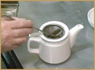 茶葉を計量している写真
