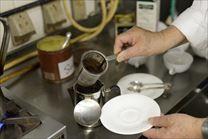ポットから茶漉しを引き抜いている写真