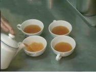 ポットから紅茶を注いでいる写真