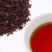アップルティーの茶葉と水色の写真