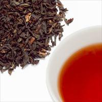 アッサムティーの茶葉と水色の写真
