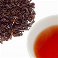 ブルーベリーティーの茶葉と水色の写真