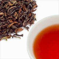 ダージリンティーの茶葉と水色の写真