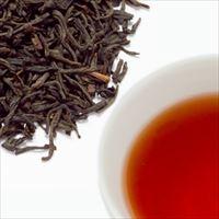 アールグレイティーの茶葉と水色の写真