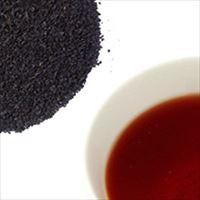 ケニアブラックティーの茶葉と水色の写真