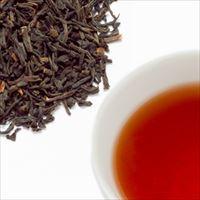 キーマンティーの茶葉と水色の写真