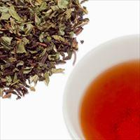 ミントティーの茶葉と水色の写真