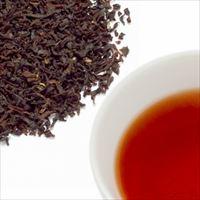 ロイヤルミルクティーの茶葉と水色の写真